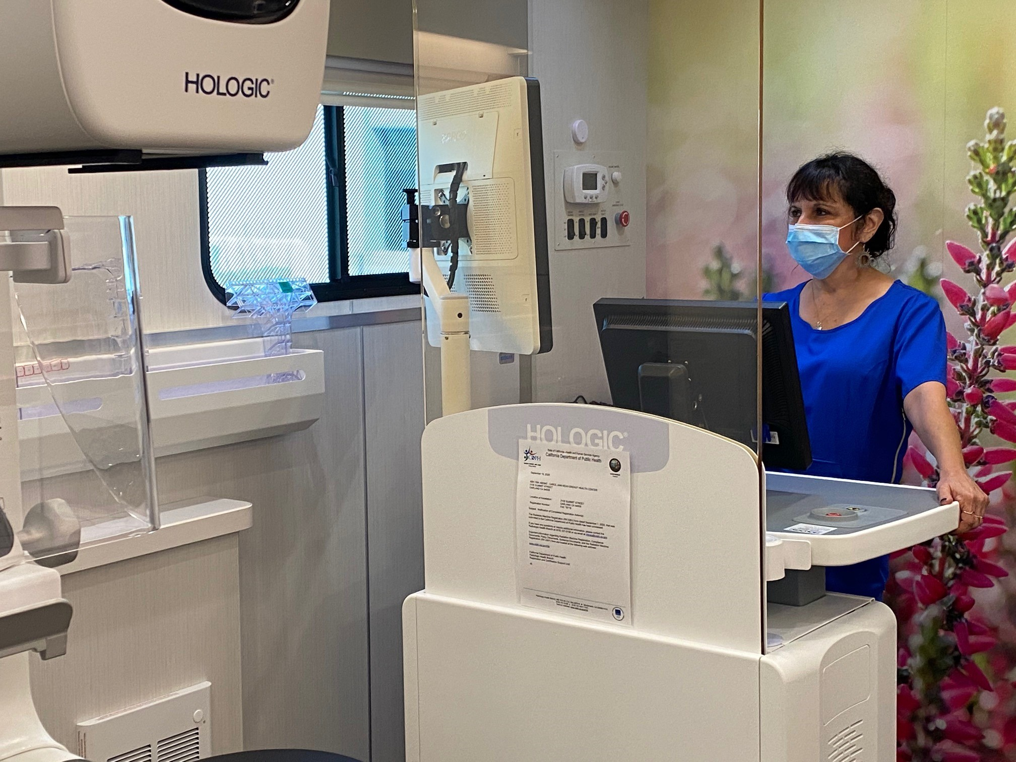 Mammographer Uses 3D Tomosynthesis Machine on Mobile Mammography Van